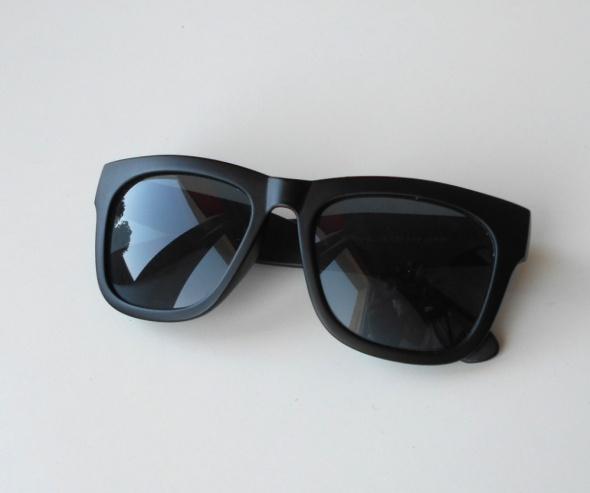 czarne okulary przeciwsłoneczne klasyka