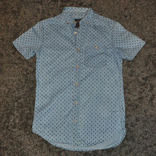niebieska koszula we wzory