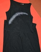 czarna długa sukienka z piórkiem