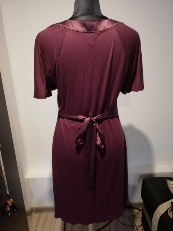 śliwkowa sukienka wiązana w pasie