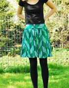 zielona spódniczka we wzorki...