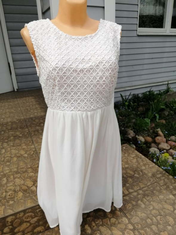 Sukienka z V na plecach