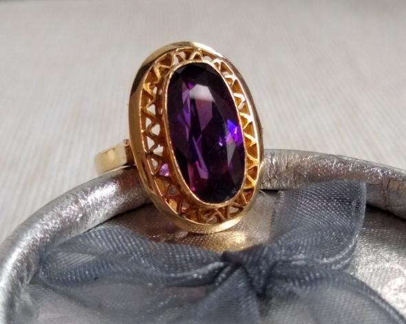 Złoty pierścionek fioletowy kamień