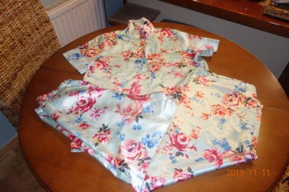 satynowa piżama w róże