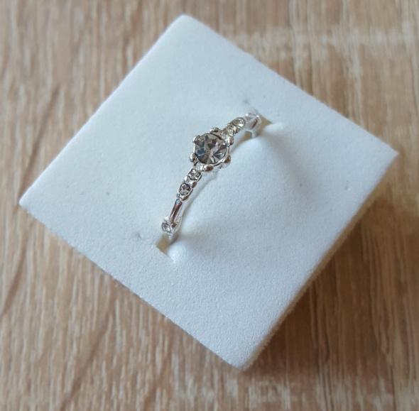 Nowy pierścionek srebrny kolor białe cyrkonie prosty