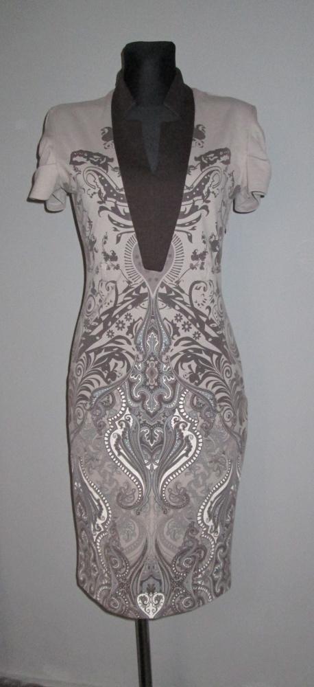 Brązowa sukienka ze wzorem ładny dekolt...