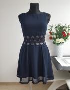 granatowa sukienka z zdobioną koronką Ax Paris...