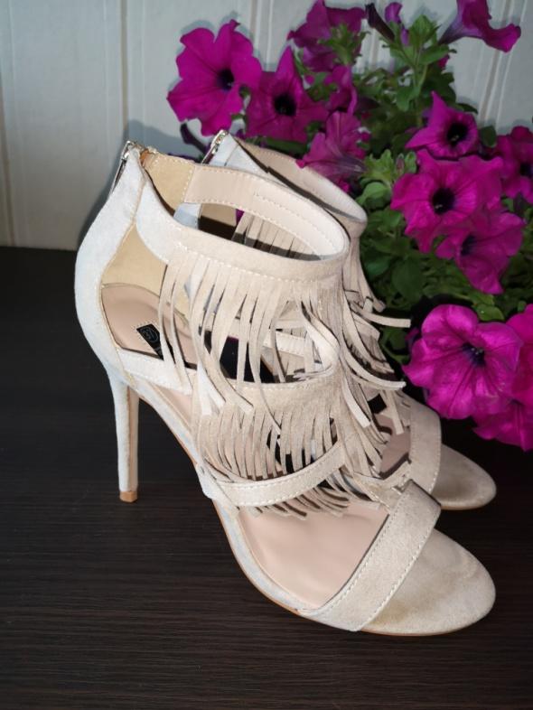 beżowe sandały z frędzlami...