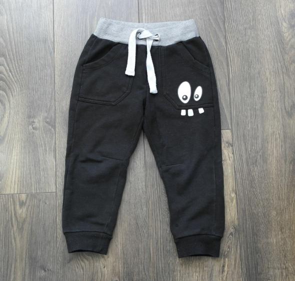 Czarne dresowe spodnie z oczami Cool Club 98