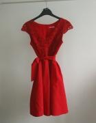 Czerwona sukienka wieczorowa wiązana w talii dekolt v...