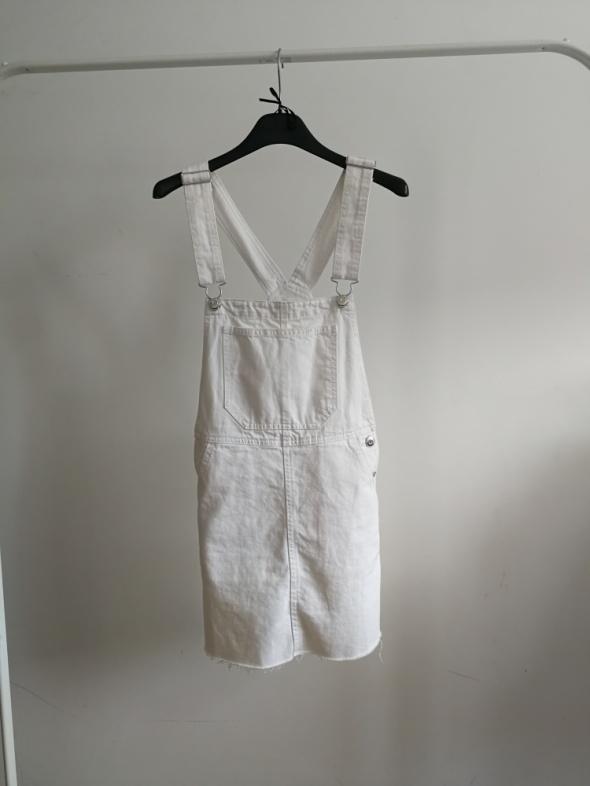 Suknie i sukienki Białe ogrodniczki sukienka na szelkach xxs Bershka