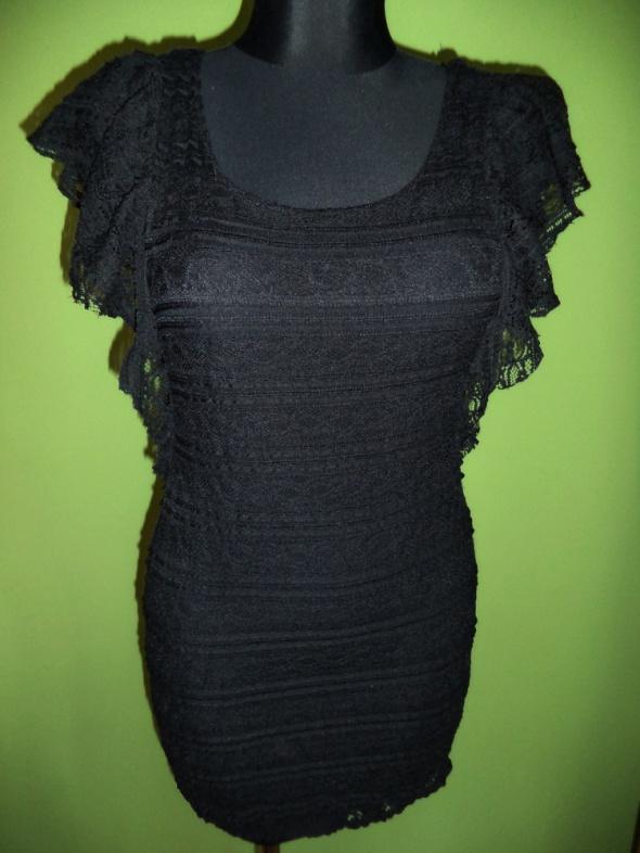Koronkowa mała czarna sukienka