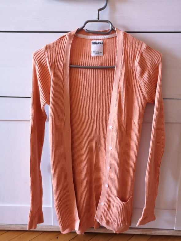 Brzoskwiniowy sweterek w prążek Pull&Bear...