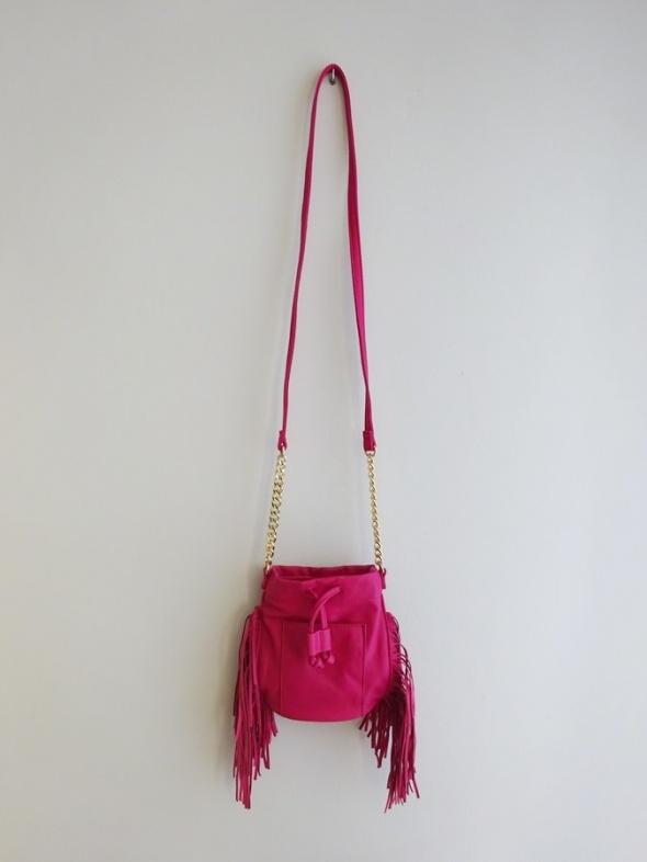 mała różowa torebka z frędzlami frędzle