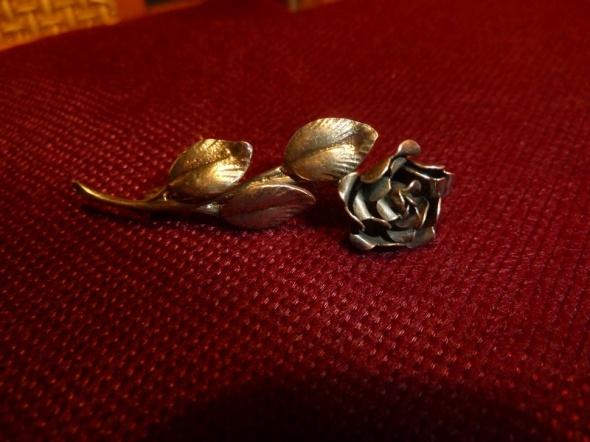 róża broszka 835