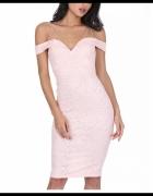 Pudrowa ołówkowa sukienka midi koronkowa z odsłoniętymi ramiona...