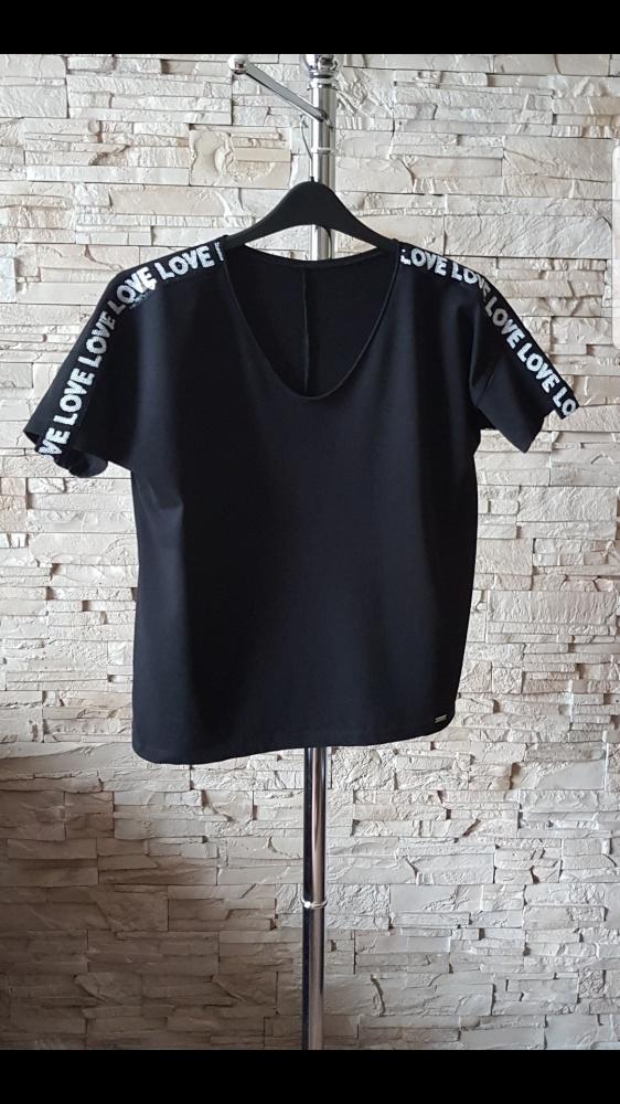 Czarna bluzka z ozdobiona cekinami...