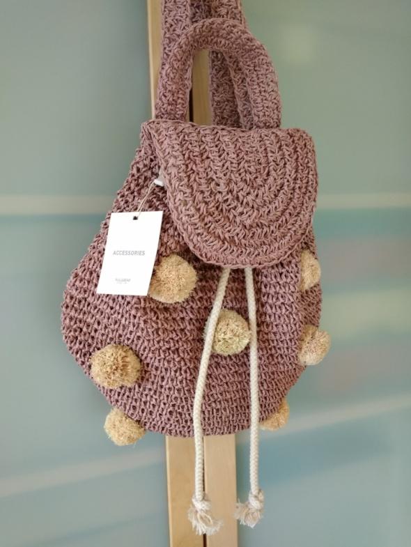 Pull&Bear nowy plecak z modnej plecionki zdobiony pomponami...