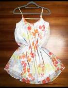 Luźna i zwiewna sukienka w kwiaty...