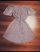 Luźna lejąca się sukienka z odkrytymi ramionami...