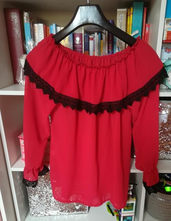 Jak nowa czerwona czerwona hiszpanka z czarną gipiurą