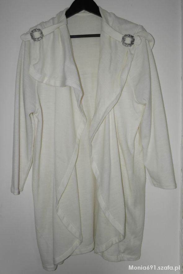 biała ciepła narzutka elegancka