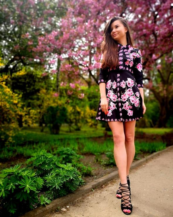 Piękna czarna sukienka w kwiaty