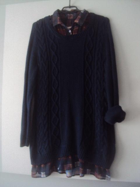 granatowy sweterek z koszulka