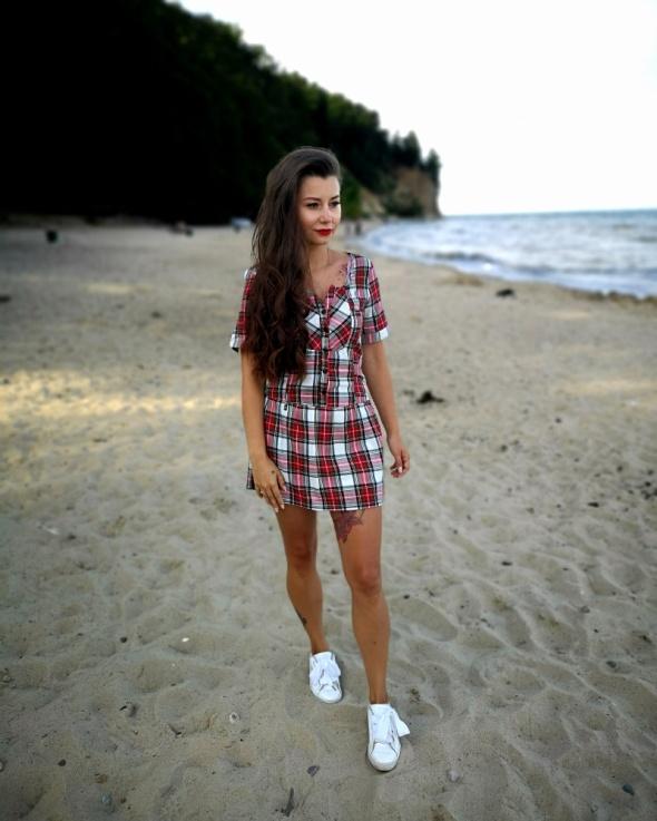 Czerwona sukienka w krate