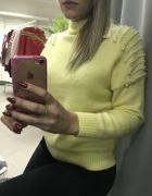 Żółty sweter z koralikami...