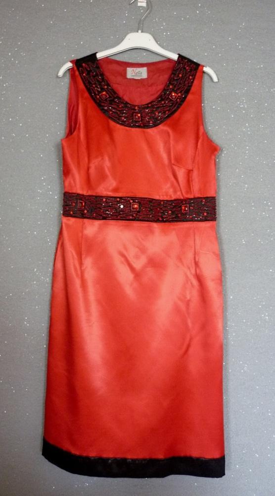 Czerwono czarna sukienka ze zdobieniem