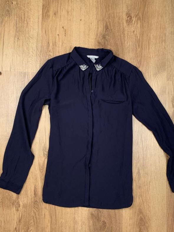 Granatowa koszula z ozdobnym kołnierzykiem