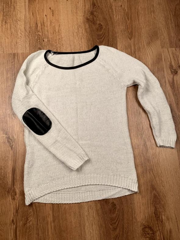 Beżowy sweter ze srebrną nitką skórkowe wstawki