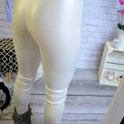 Białe sliskie leginsy perłowe wyciecia na kolanach