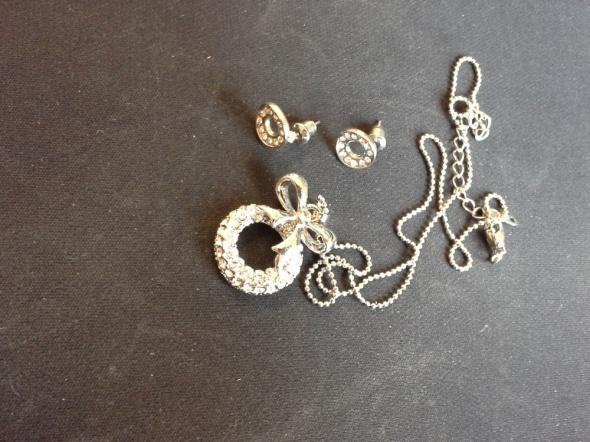 Biżuteria łańcuszek z zawieszką oraz kolczyki