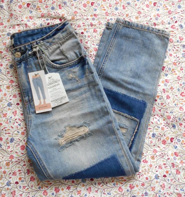 Pull and Bear jeansy girlfriend destroyed łaty w Spodnie