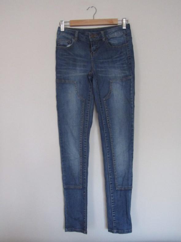jeansowe rurki z łatami przeszyciami...