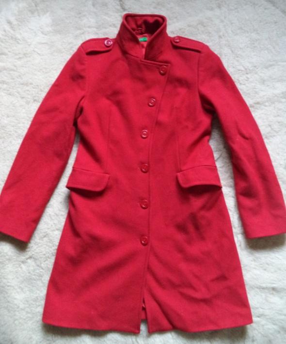 Wełniany płaszcz w kolorze maków...