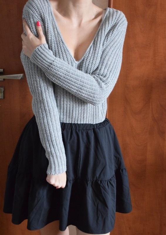 Szary ciepły sweter sweterek dekolt w serek Wassyl XS S