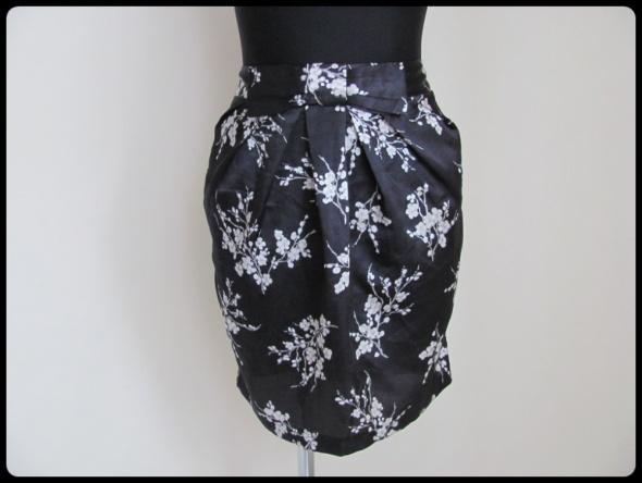 Czarna spódnica w kwiaty z kokardą stan bdb 42 XL...