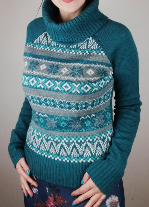 Świąteczny ciepły sweter zimowy w norweskie wzory ze srebrną ni...