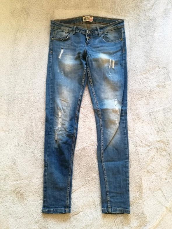 Przecierane jeansy rurki terranova M