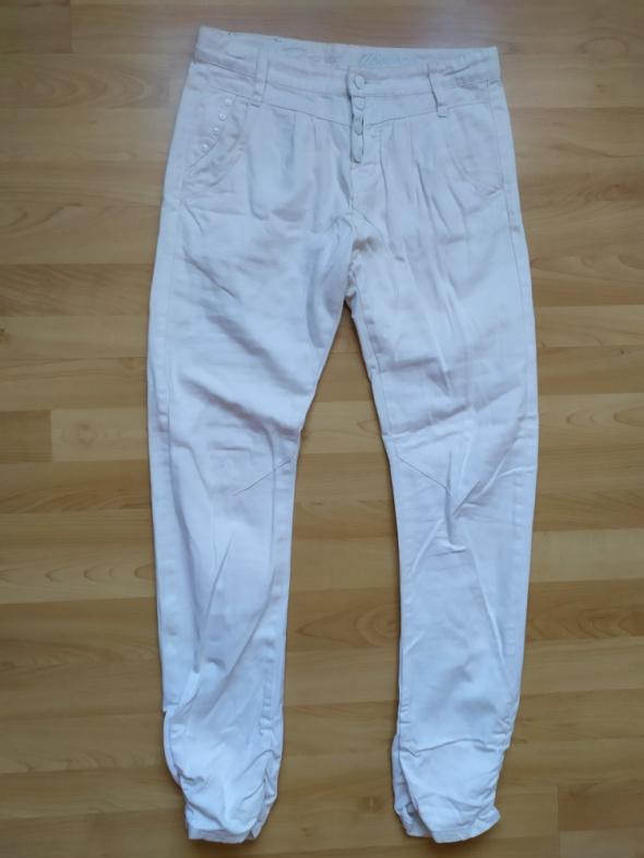 Białe spodnie jeansy rurki marszczone rozm 38 D XEL