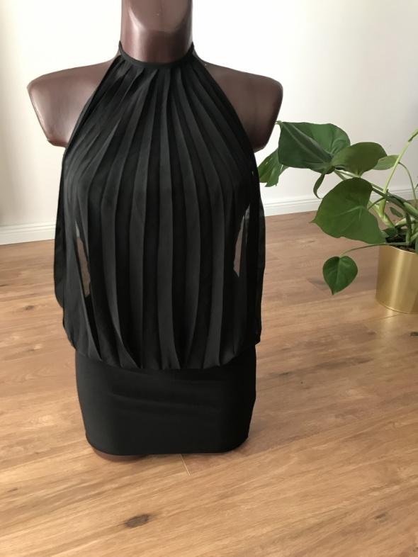 czarna sukienka wiązana na szyi