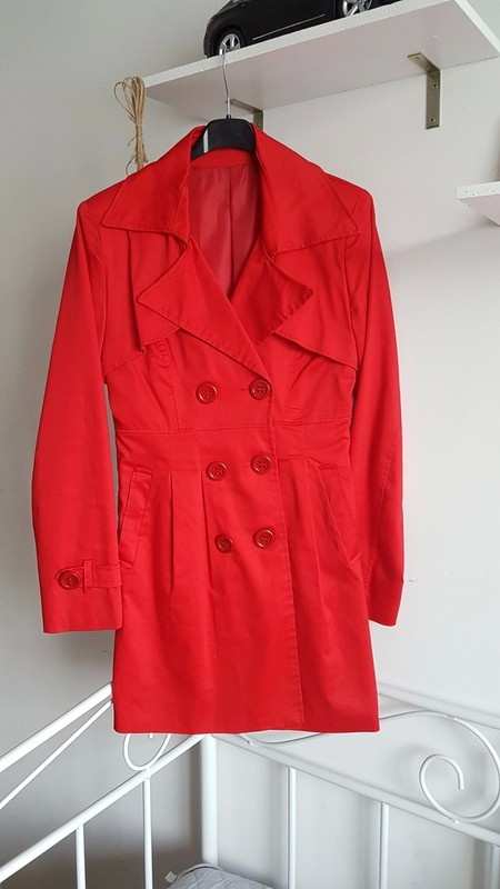 Włoski bawełniany płaszczyk czerwony plisy taliowany