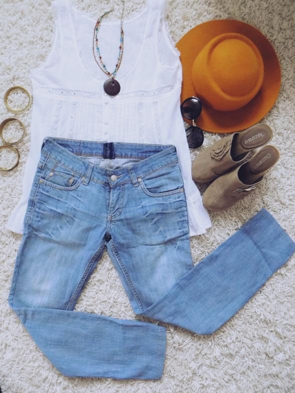 Jasne niebieskie jeansy