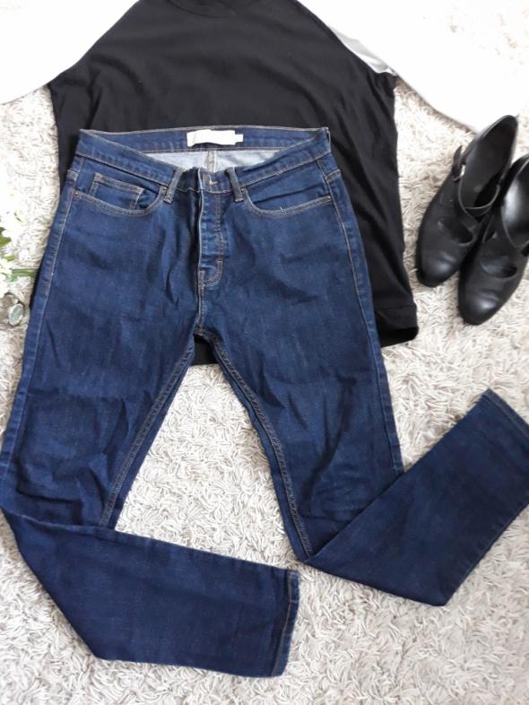 Ciemne jeansy rurki