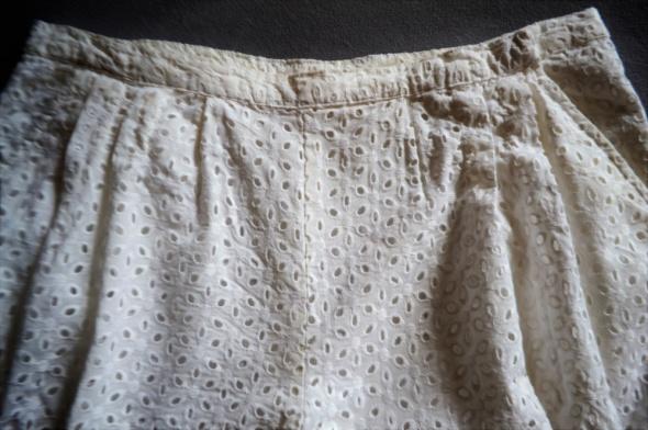 Białe spodenki z bawełny haft L