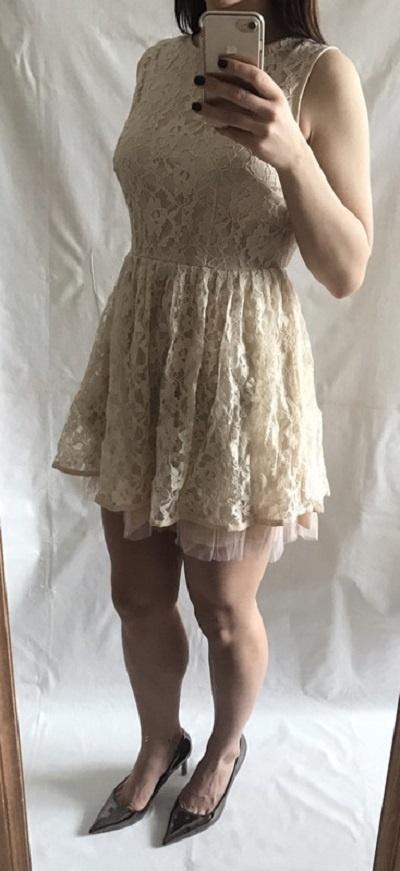 Koronkowa sukienka róż z wycięciem na plecach
