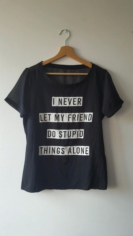 Czarna bluzeczka z krótkim rękawem i białymi napisami szyfonowy tył